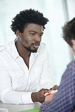 Geschäftsleute diskutieren in einem Büro