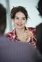 Geschäftsfrauen lächeln im Büro
