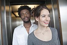 Geschäftsleute, die aus einem Aufzug kommen.