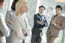 Zwei Geschäftsleute, die ihre weiblichen Kollegen anschauen