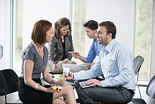Geschäftsleute im Gespräch miteinander