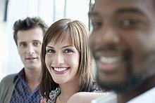 Geschäftsfrau lächelt mit ihren Kollegen