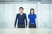 Geschäftsleute, die in einem Büro stehen