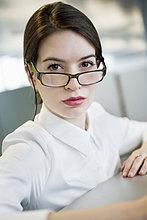 Porträt einer Geschäftsfrau mit Blick über die Brille