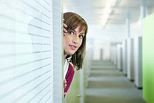 Geschäftsfrau in einem Büroflur