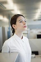 Geschäftsfrau im Büro stehend