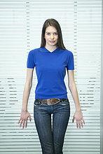 Porträt einer Geschäftsfrau, die in einem Büro steht