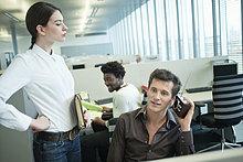 Geschäftsleute beim Radiohören im Büro