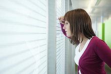 Geschäftsfrau beim Blick durchs Fenster