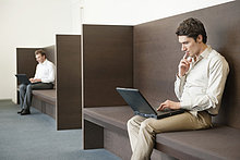 Zwei Geschäftsleute, die in einem Büro arbeiten.