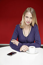 Geschäftsfrau trinkt Tee im Büro