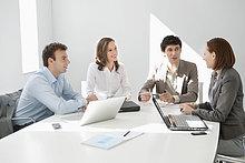 Führungskräfte diskutieren in einer Besprechung