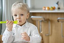 Portrait eines Jungen beim Essen mit einer Gabel