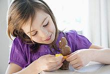 Nahaufnahme eines Mädchens beim Spielen mit einem Osterhasen