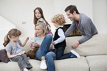 Familie im Wohnzimmer