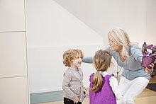 Frau begrüßt ihre Enkelkinder