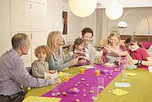 Familie bei einer Geburtstagsfeier