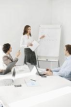 Geschäftsfrau bei der Präsentation in einer Besprechung