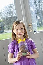 Porträt eines Mädchens mit Osterhase und Lächeln