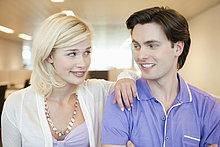 Nahaufnahme eines sich anlächelnden Paares
