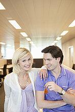 Geschäftsleute lächeln zusammen