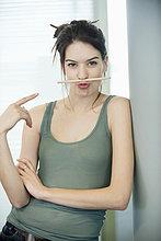 Frau, die einen Bleistift auf der Lippe balanciert