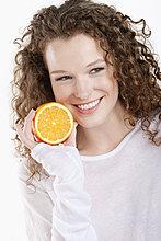 Nahaufnahme einer Frau mit einer halben Orange