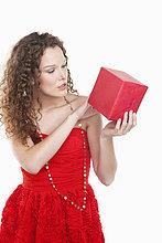Frau schaut sich ein Geschenk an