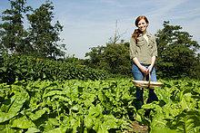 Junge Frau im Feld mit Korb