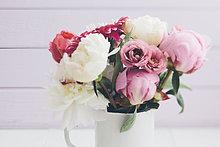 Sommerblumenstrauß auf dem Tisch, Nahaufnahme