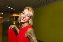 Porträt einer jungen Frau in rotem Kleid in der U-Bahn-Station