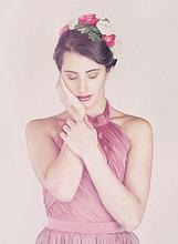 Beauty-Portrait einer jungen Frau mit Blumen im Haar