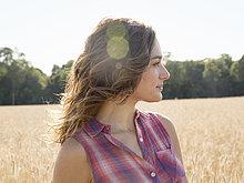 Mais,Zuckermais,Kukuruz,stehend,junge Frau,junge Frauen,Feld,groß,großes,großer,große,großen,reif